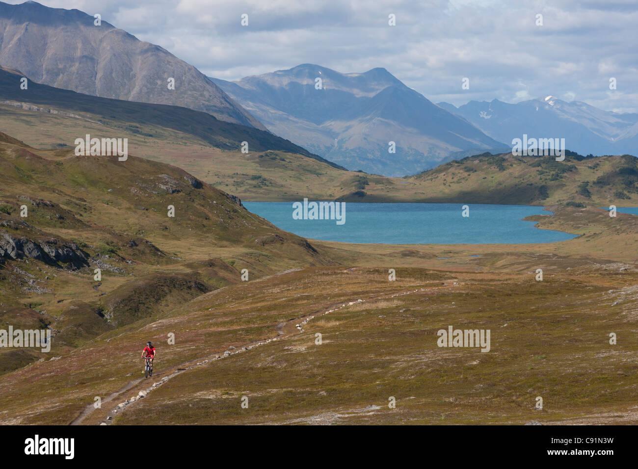 Malerische Aussicht auf Mountainbiker auf der Lost Lake Trail mit Lost Lake im Hintergrund, Kenai-Halbinsel, Yunan Stockbild