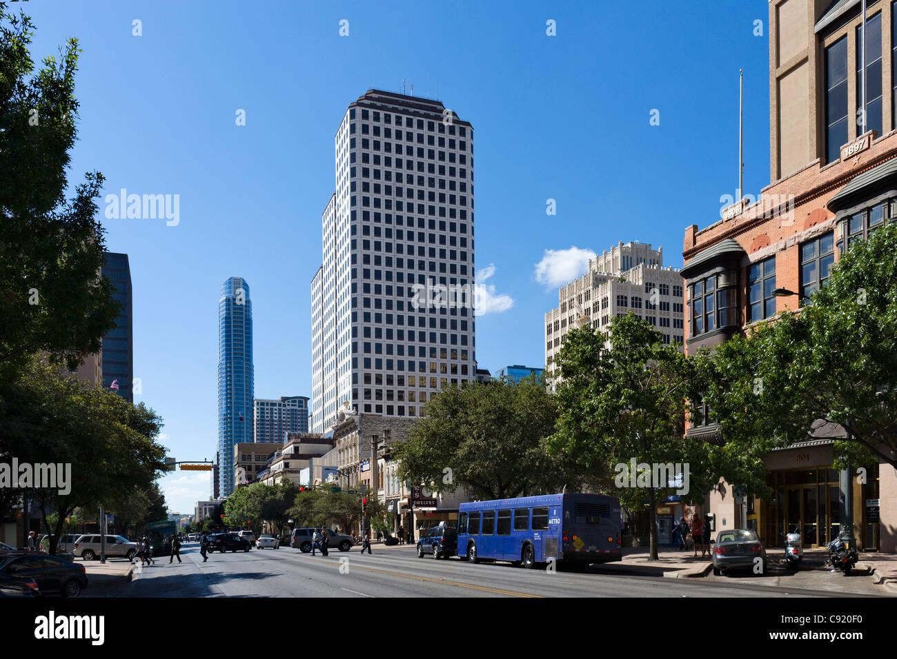 Congress Avenue in der historischen Innenstadt von Austin, Texas, USA Stockbild