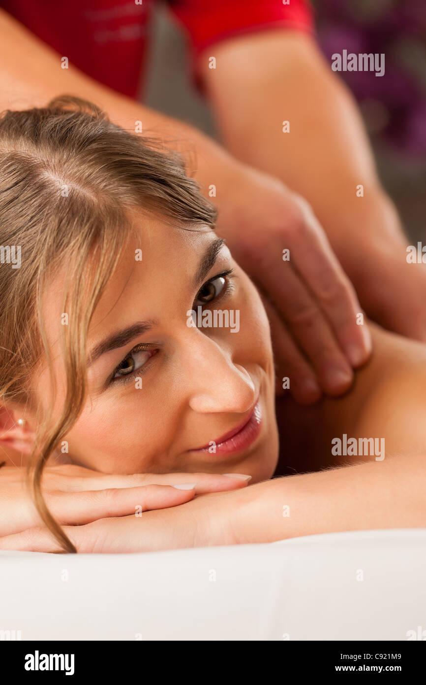 Frau genießen einen Wellness Rückenmassage in einem Spa, sie ist sehr entspannt (Nahaufnahme) Stockbild