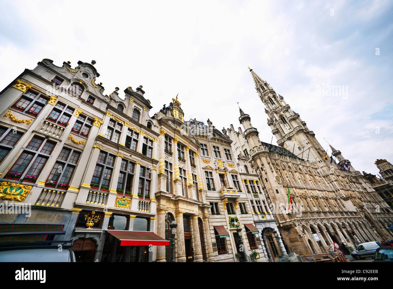 Reich verzierte Gebäude auf Stadtstraße Stockbild