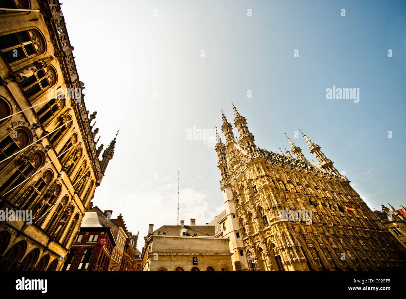 Reich verzierte Gebäude gegen blauen Himmel Stockbild