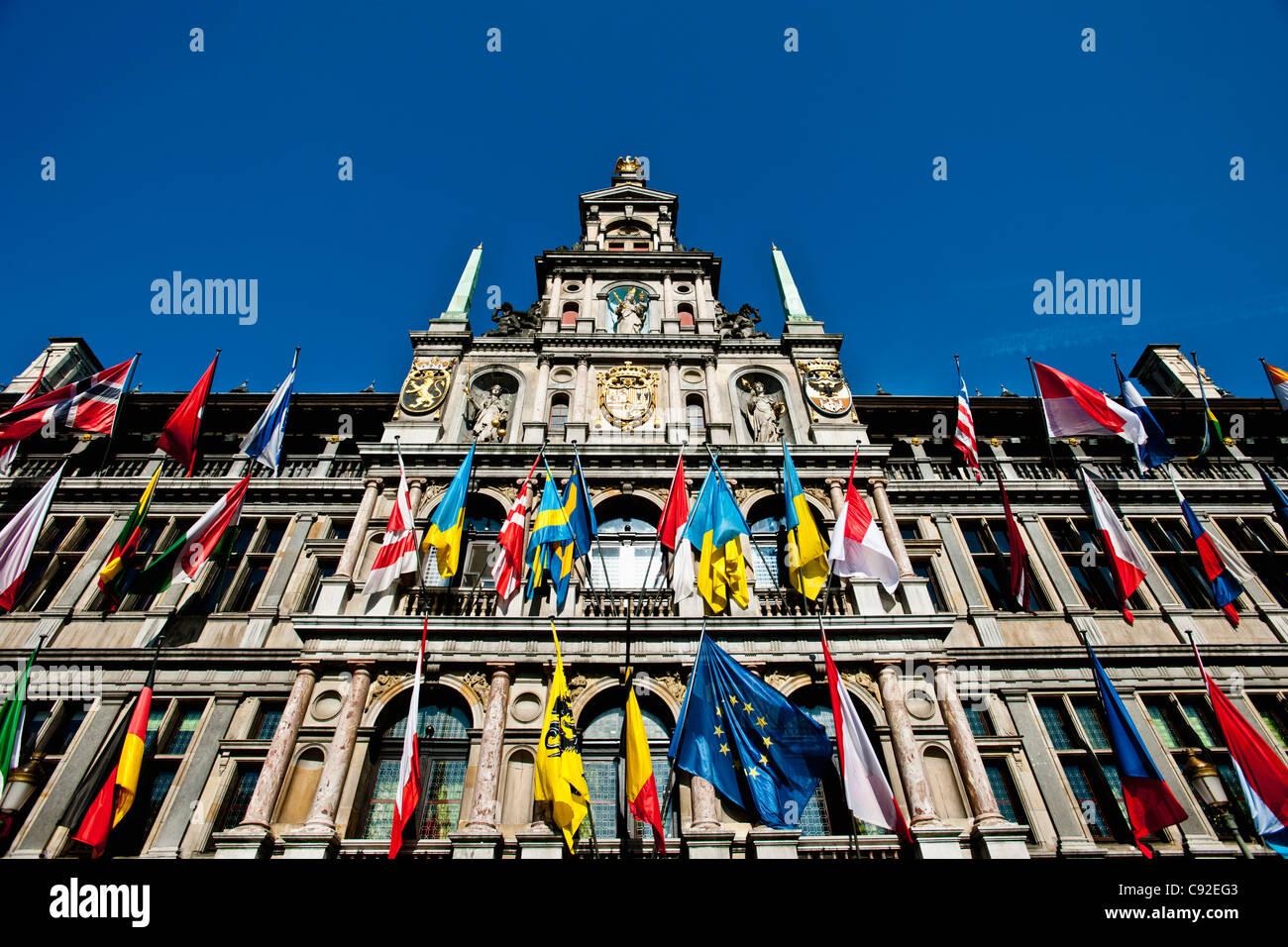 Flaggen auf verzierten Gebäude Stockbild