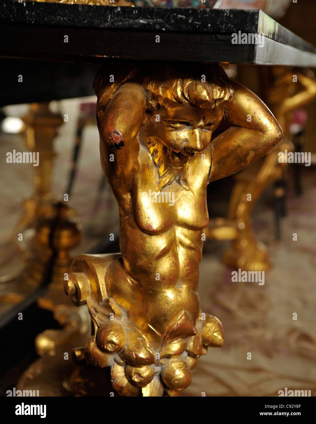 Kunstvoll geschnitzte Möbel Darstellung Fabelwesen und Götter waren ein beliebter Weg bezeichnen, Reichtum Stockbild