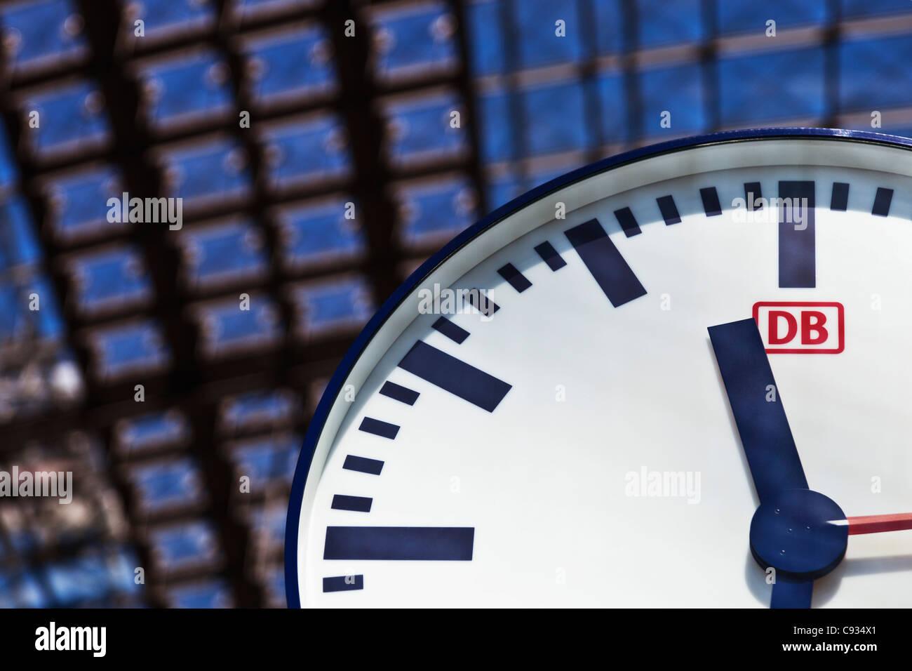 Deutsche Bahn Bahnhof Uhr im Berliner Hauptbahnhof, HauptbahnhofTiergarten, Berlin, Deutschland. Stockbild