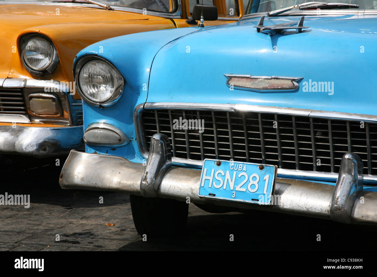 Oldtimer Chevrolet parkte neben der nationalen Capitol am Paseo del Prado in Havanna, Kuba. Stockbild