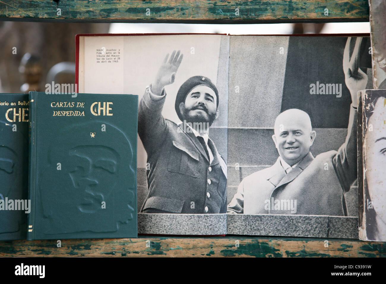 Fidel Castro und sowjetischer Führer Nikita Khrushchev gesehen in einem Buch auf dem Büchermarkt am Plaza Stockbild