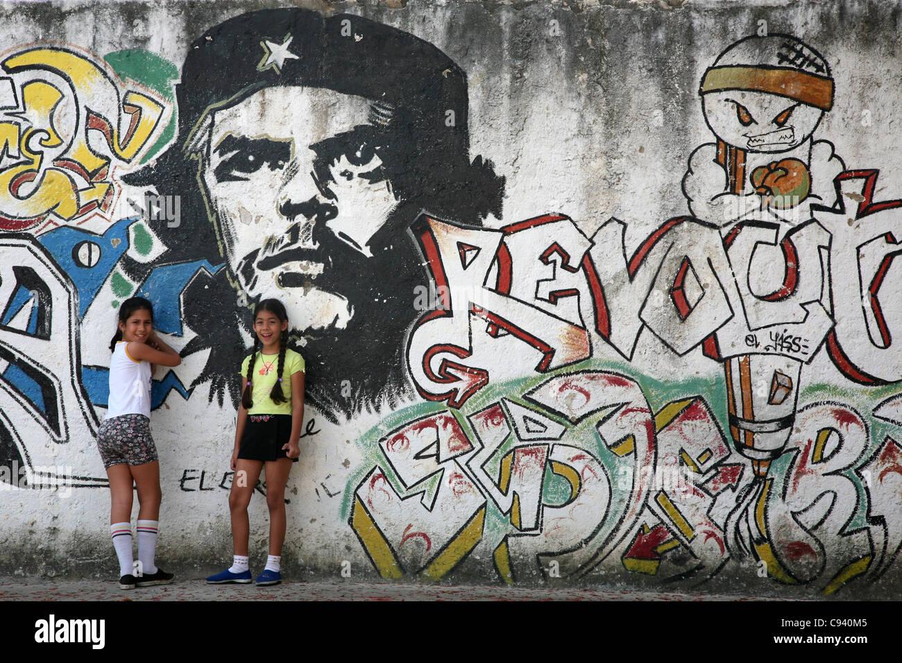 Kinder spielen neben das riesige Porträt von Ernesto Che Guevara in Santa Clara, Kuba. Stockbild