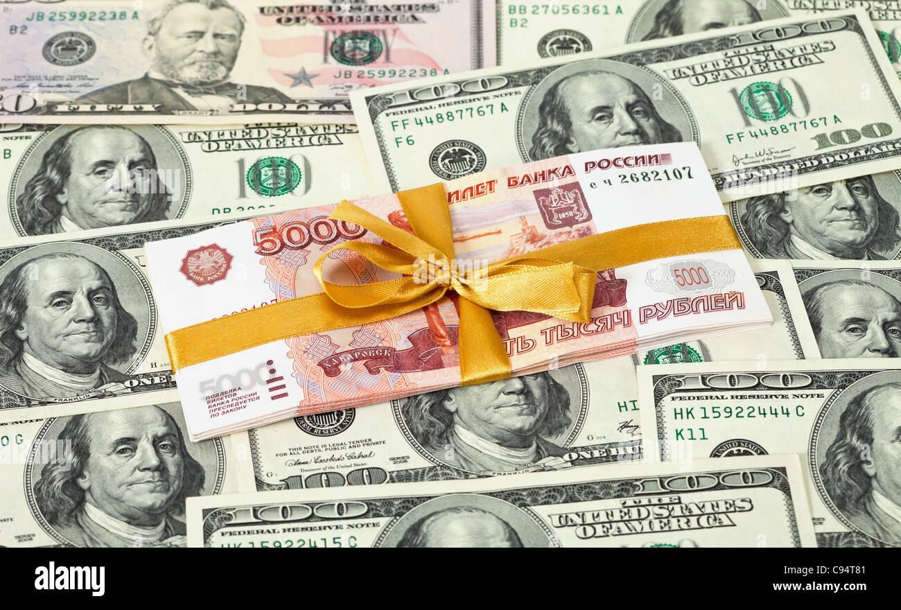 Fünf Tausendstel Rubel Rechnungen auf Dollar Hintergrund gefaltet Stockbild