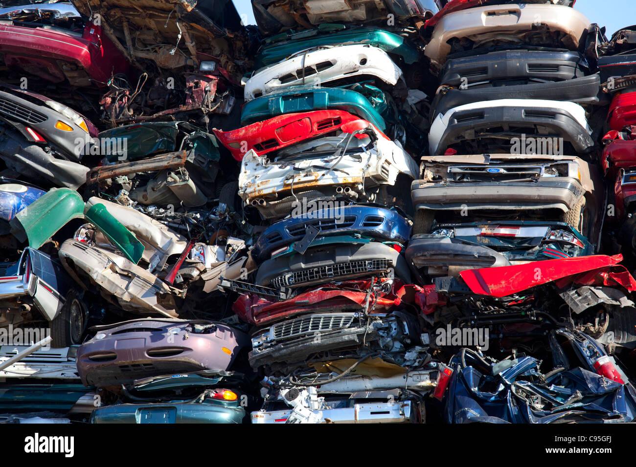 Detroit, Michigan - Junk-e-Autos zerquetscht und bereit für das recycling auf einem Schrottplatz. Stockbild