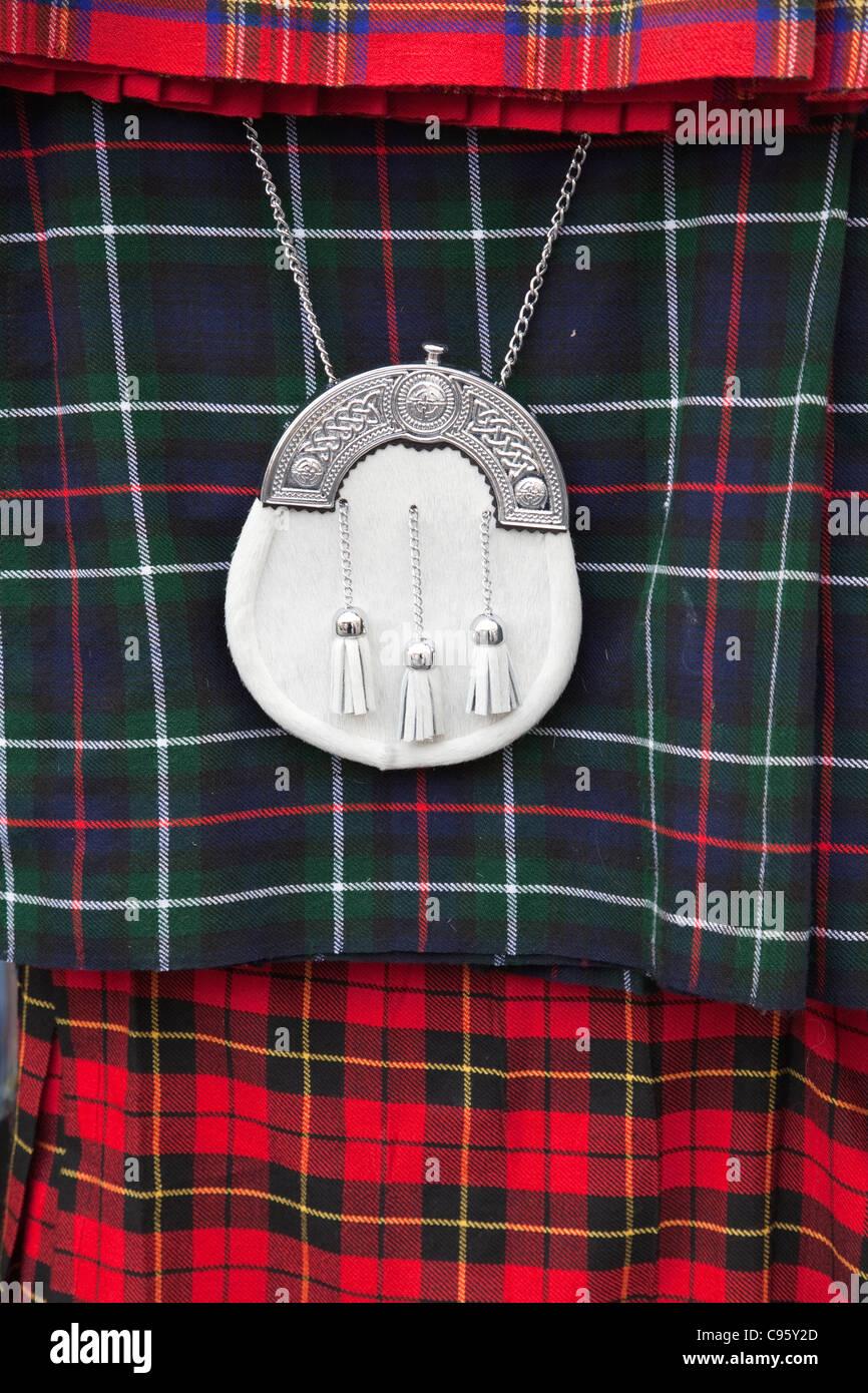 Schottland, Edinburgh, die Royal Mile, Souvenir Shop Anzeige der schottischen Kilt und Sporran Stockbild