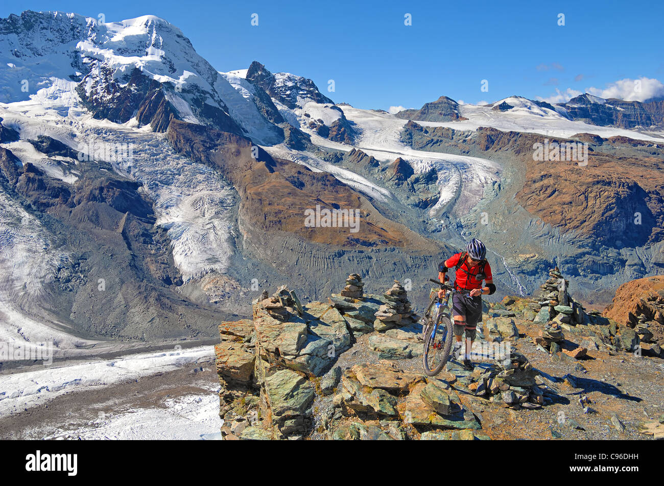 Mountainbiker von Rotenboden, 2, 815m, hinunter nach Zermatt in der Schweiz. Stockbild