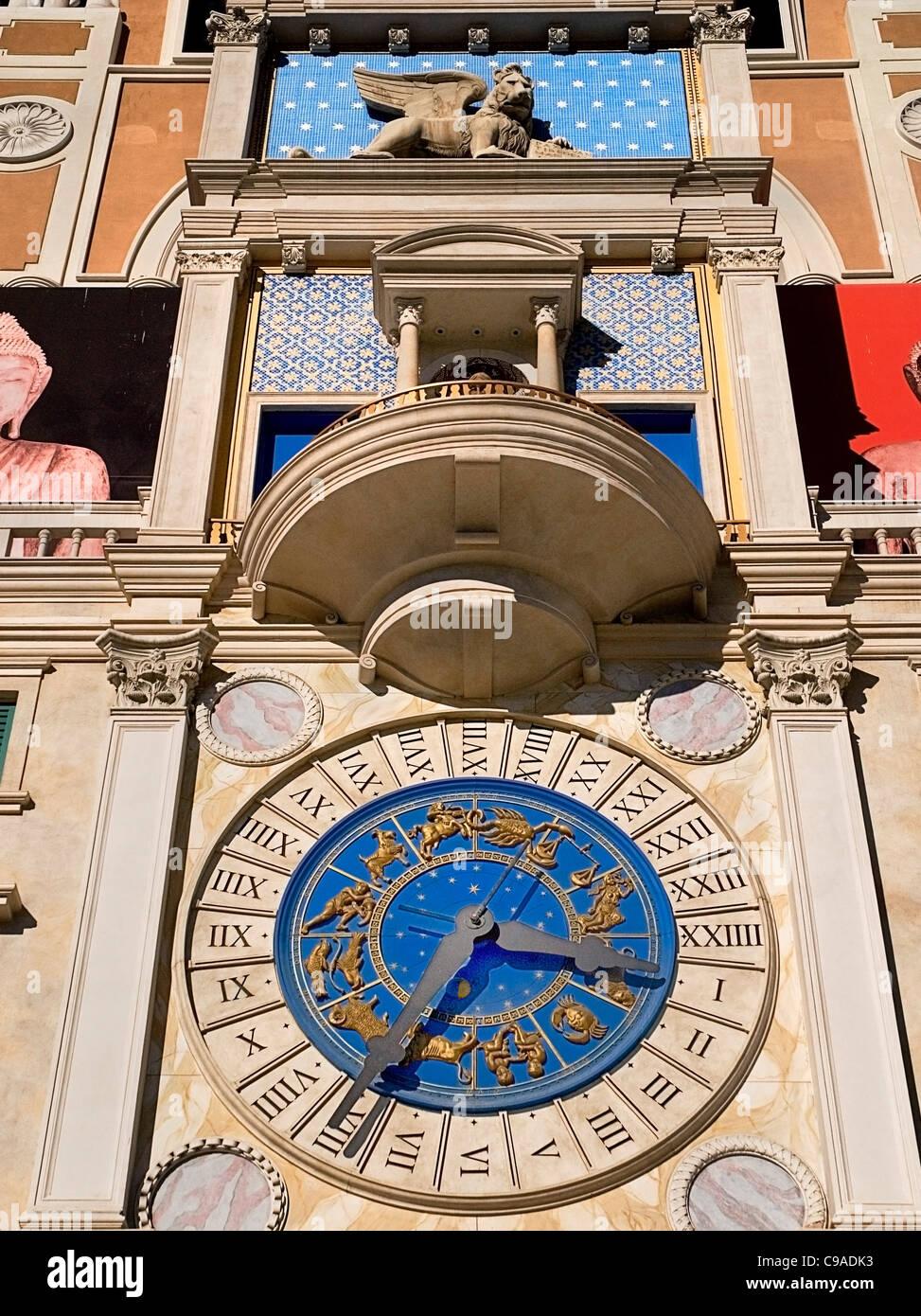 USA, Nevada, Las Vegas, The Strip, Uhr Detail über dem Eingang zum Venetian Hotel und Casino. Stockbild