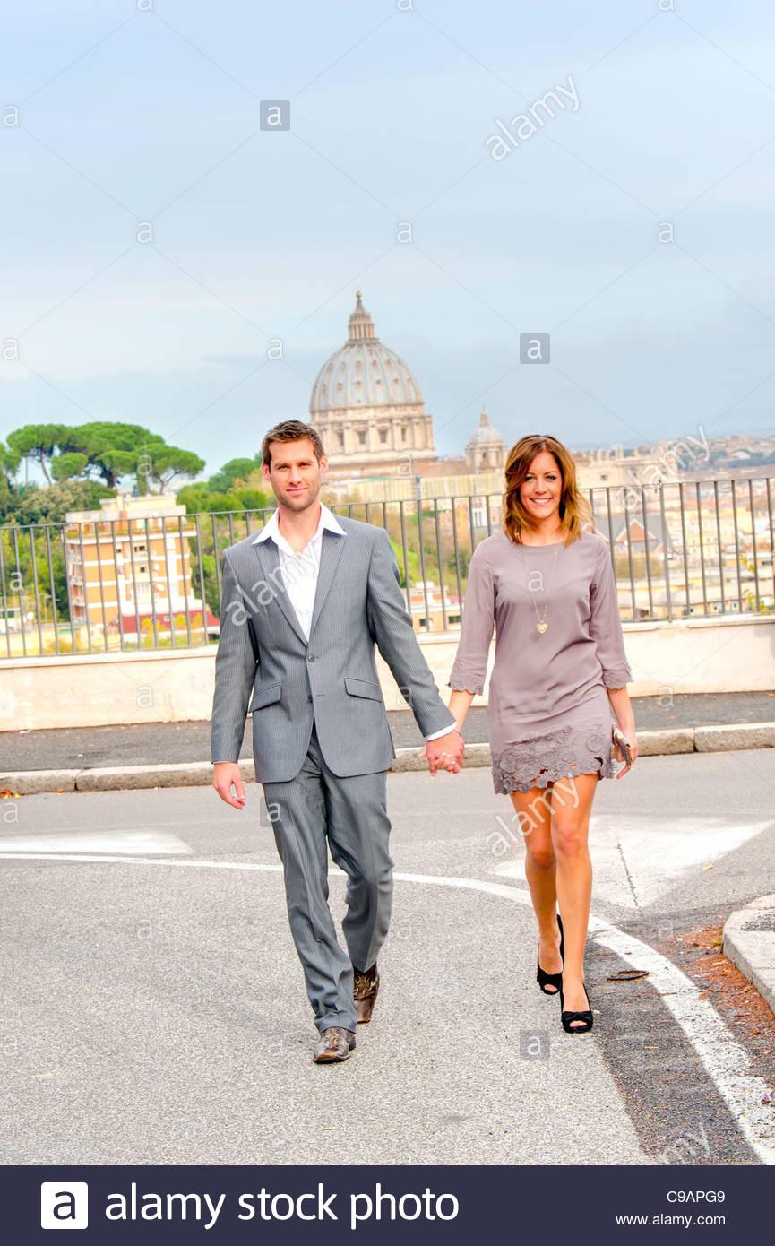 Paar zu Fuß vor der Kuppel von Sankt Peter Stockbild