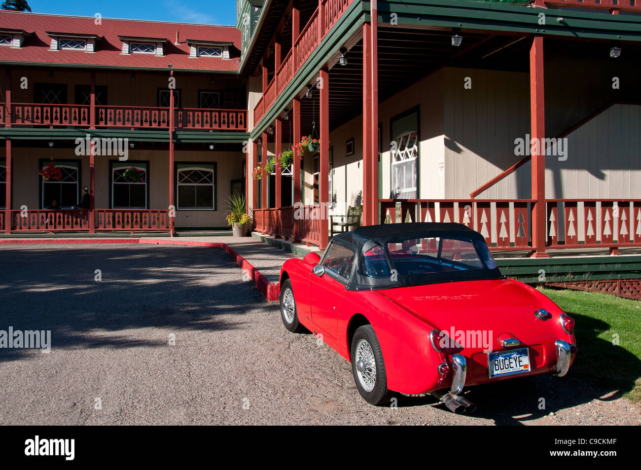 Austin Healey Sprite vor dem Gasthaus Redstone, Redstone, Colorado. Stockbild