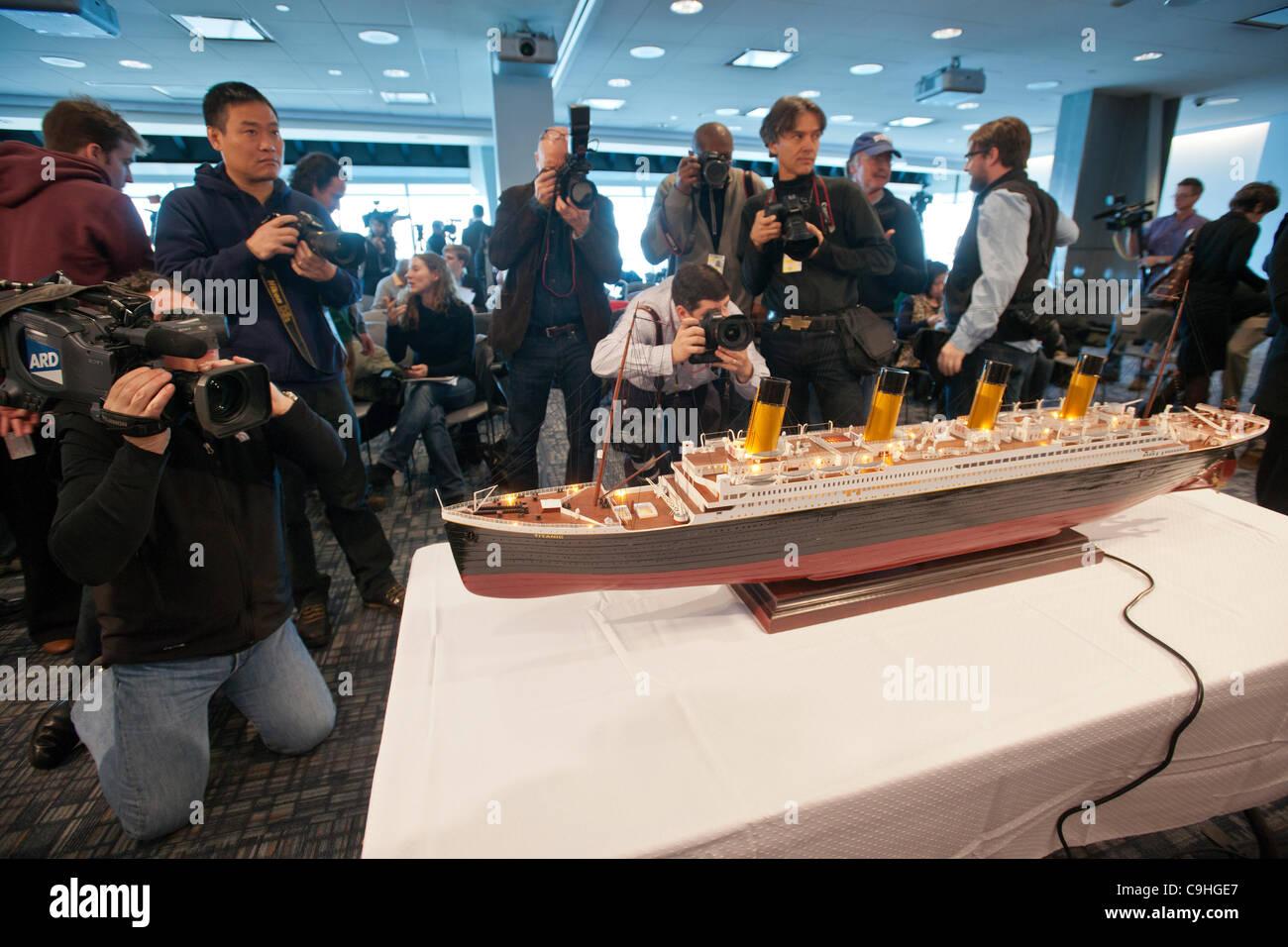 Scale Modell der Titanic auf dem Display an einer Medien-Vorschau für die Versteigerung des geborgenen Materials Stockbild