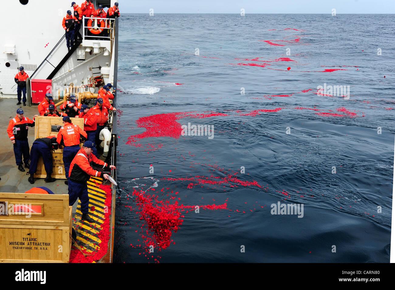 Nordatlantik ? Website US Coast Guard Cutter Juniper Besatzungsmitglieder Laie 1,5 Millionen getrockneten Rosenblättern Stockbild