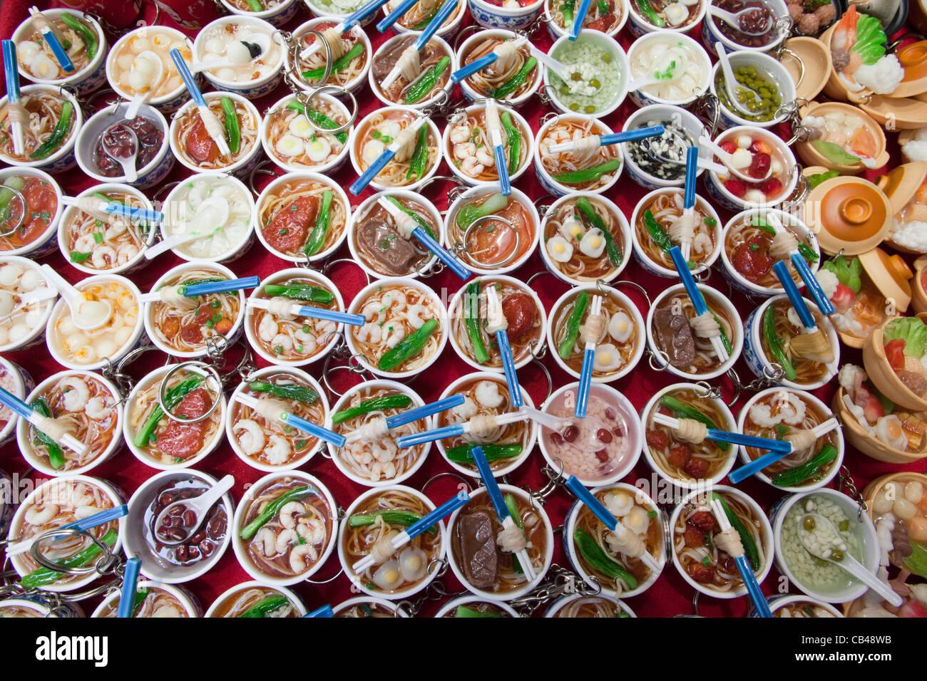 China, Hong Kong, Stanley Market, Souvenir-Schlüsselanhänger von chinesischen Schüsseln mit Essen Stockfoto