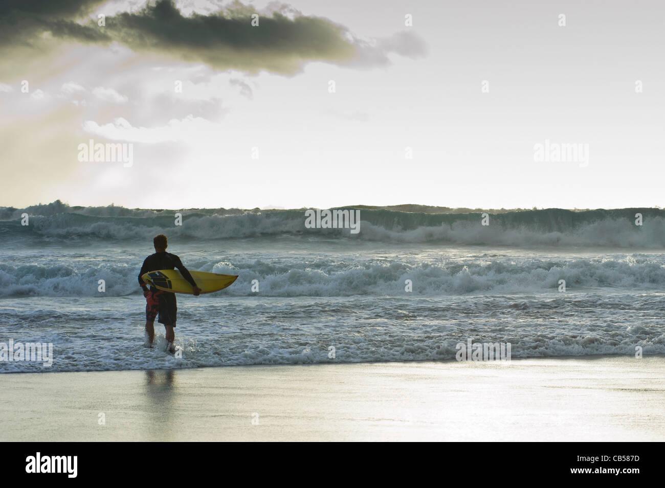 Surfer gehen ins Meer mit stürmischem Wetter Tarifa, Andalusien, Spanien Stockbild