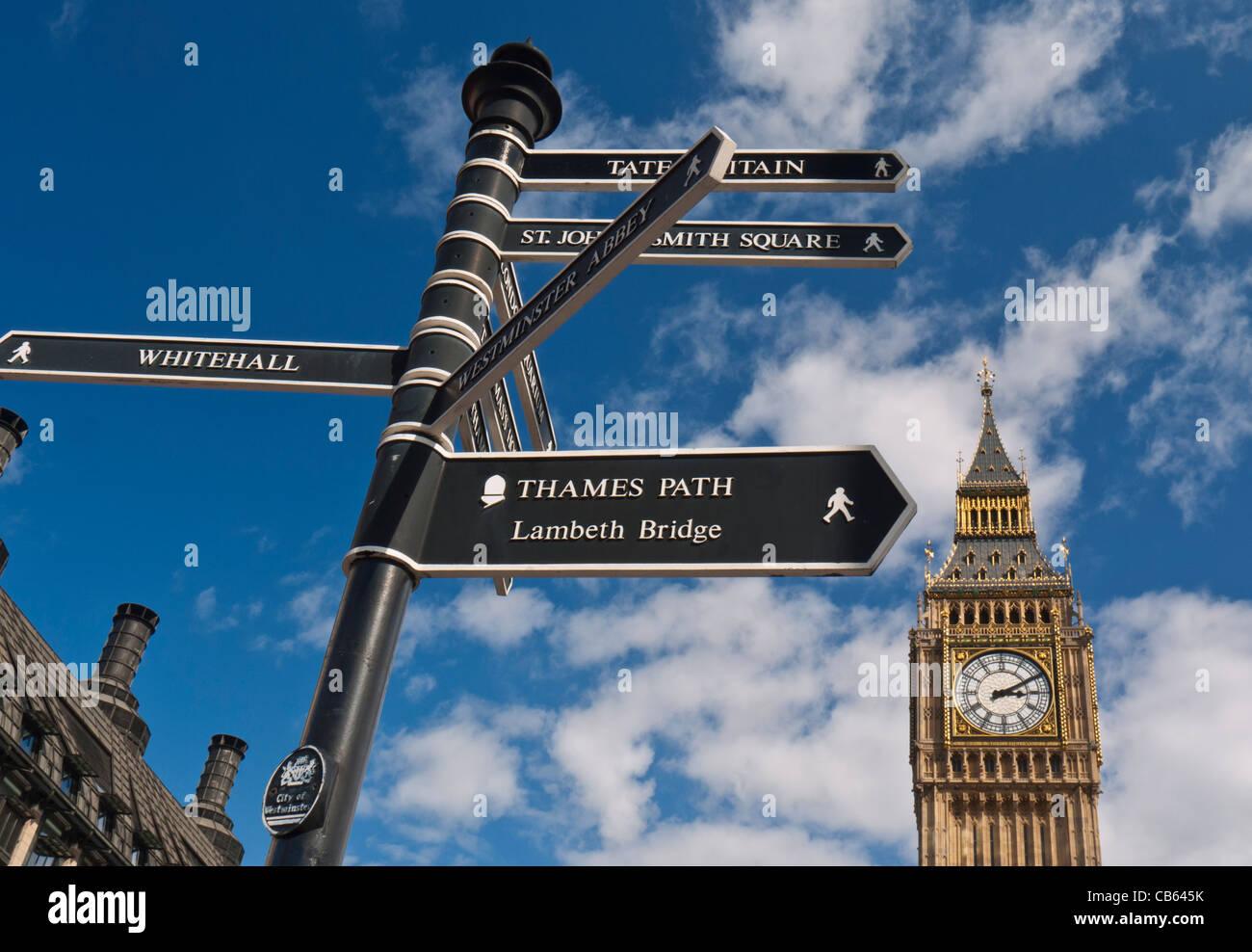 Wegweiser in Westminster, die Besucher zu verschiedenen Sehenswürdigkeiten Big Ben im Hintergrund London UK Stockbild