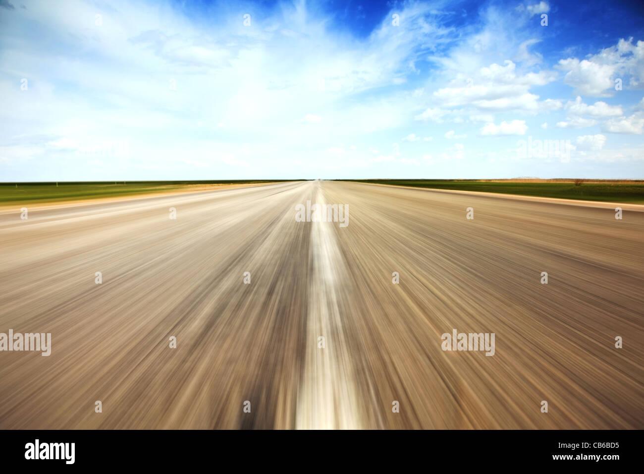 Speed-Konzept. Leere Landschaft alte Straße erstreckt sich in der Perspektive. Stockbild
