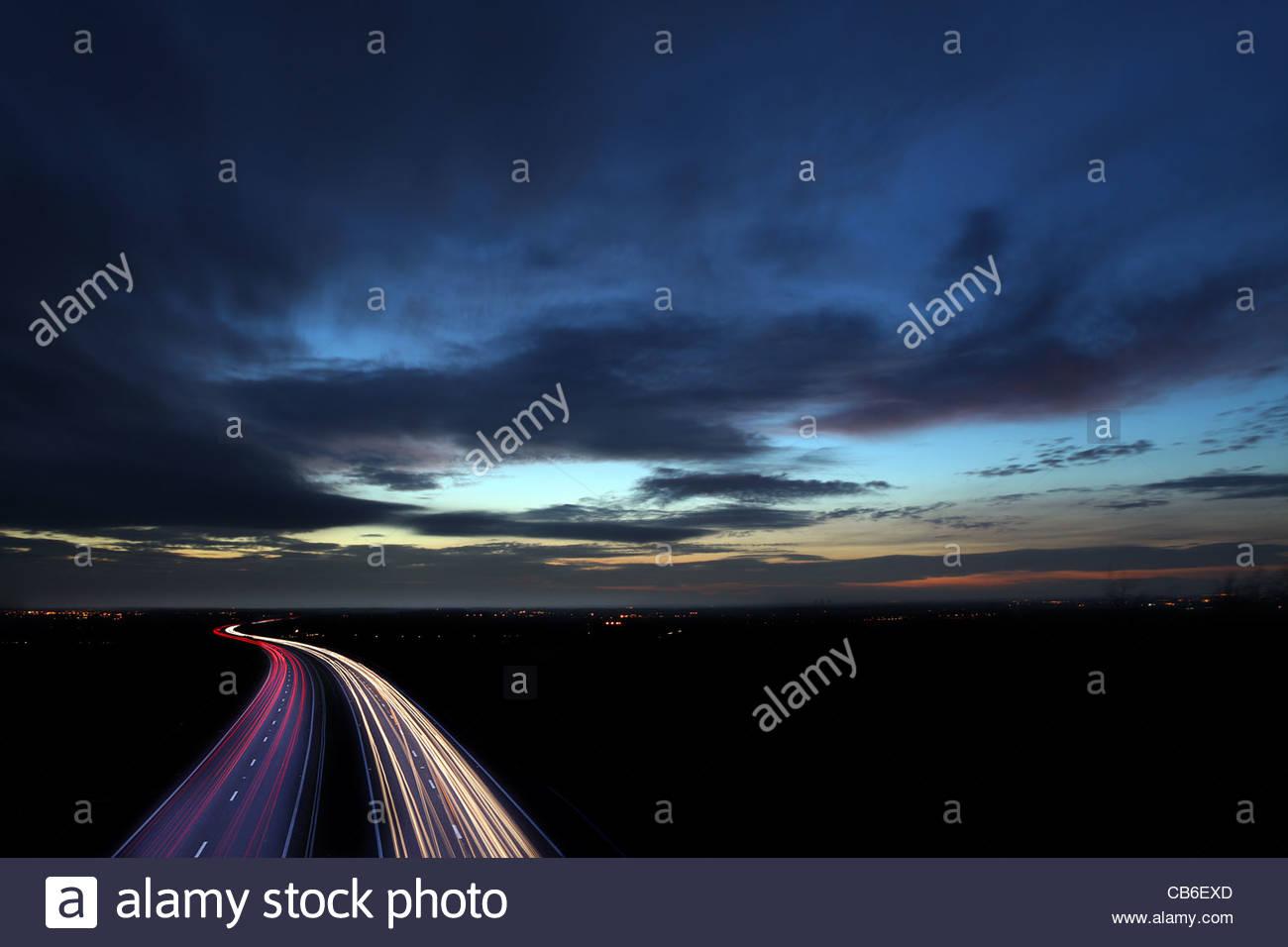Auto Scheinwerfer Strecken in der Nacht Stockbild