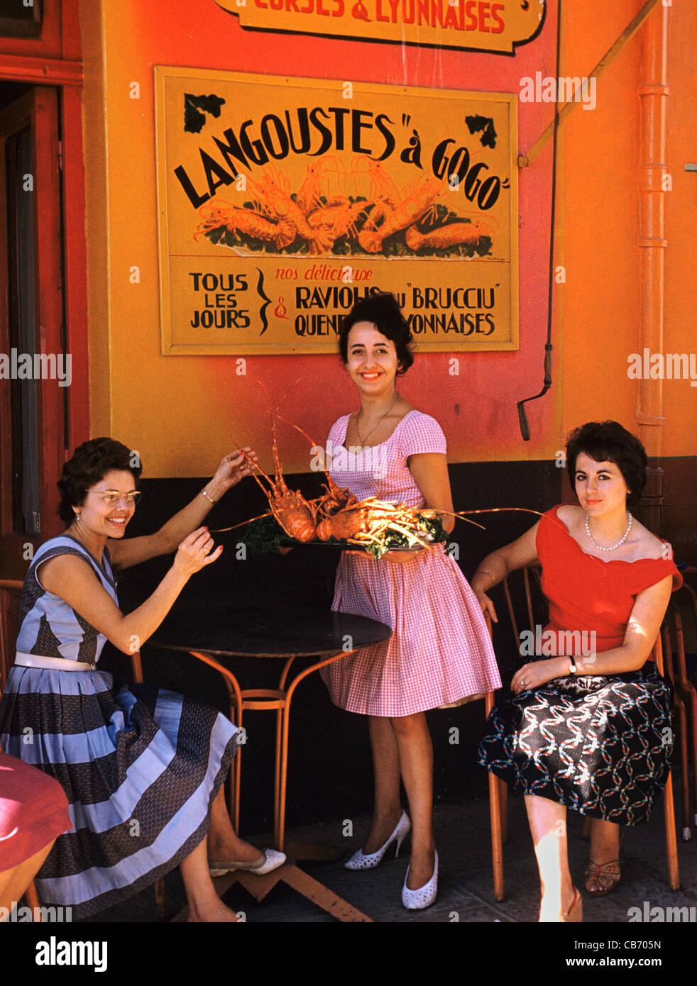 Französische Frauen der 1950er Jahre oder Anfang der 1960er Jahre im Außenbereich ein Seafood Restaurant Stockbild