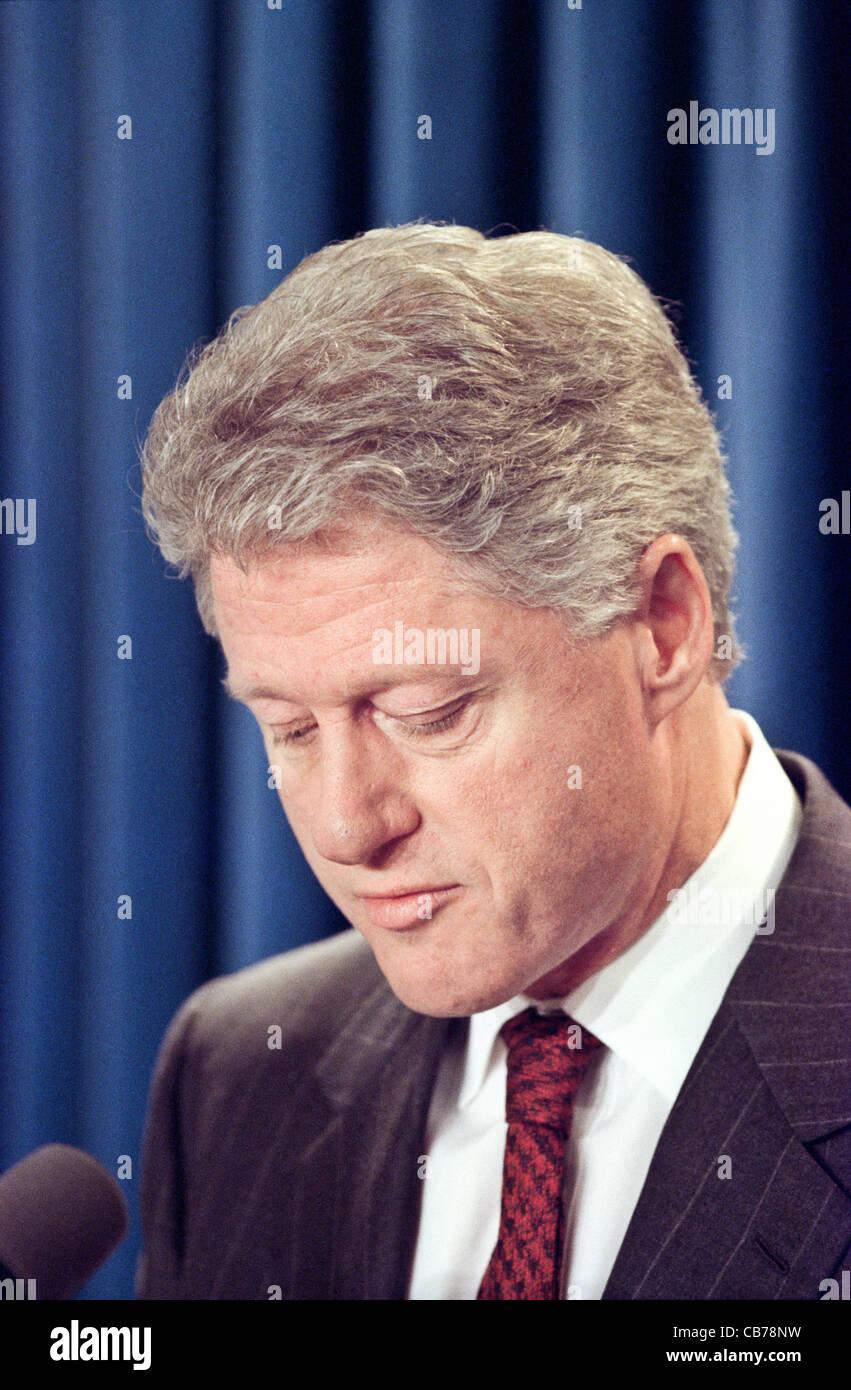 US-Präsident Bill Clinton kündigt den Beginn der Bombardements gegen serbische Ziele der US-geführten Stockbild