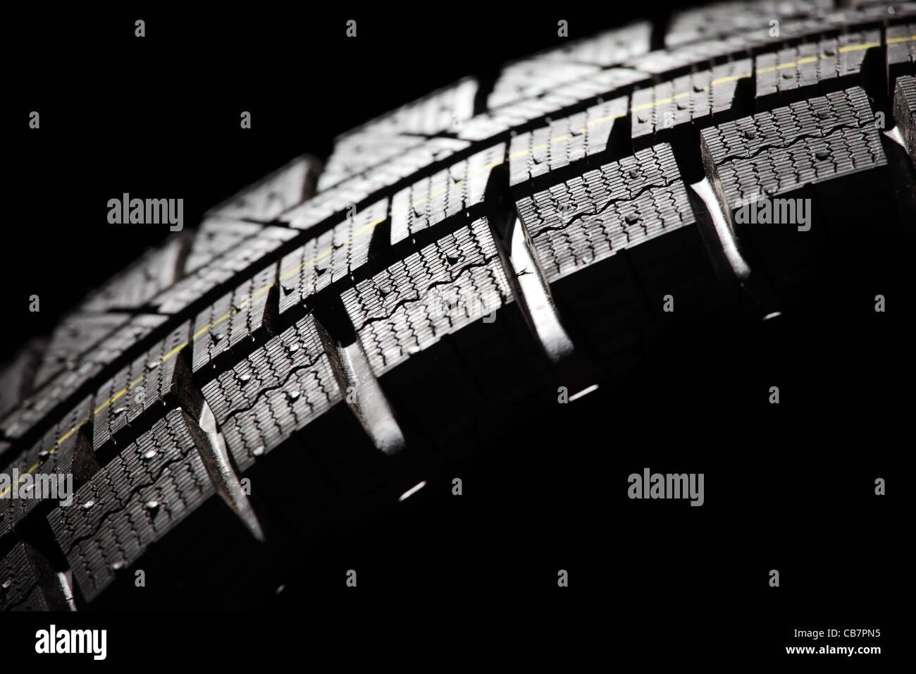 Teil des brandneuen Auto Reifen hautnah. Horizontale Komposition. Stockbild
