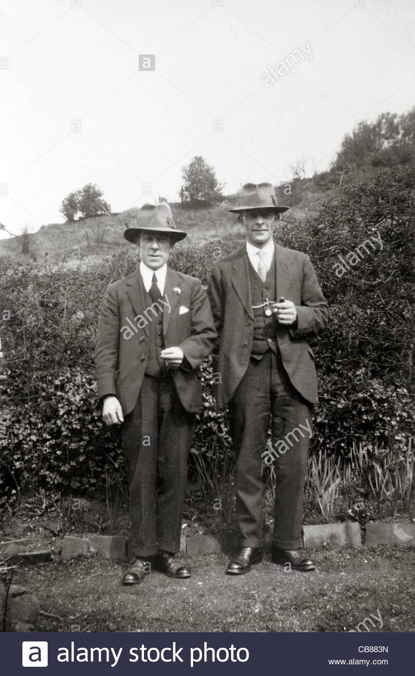 zwei männliche Personen posieren für ein Bild Landschaft der 1930er Jahre Stockbild