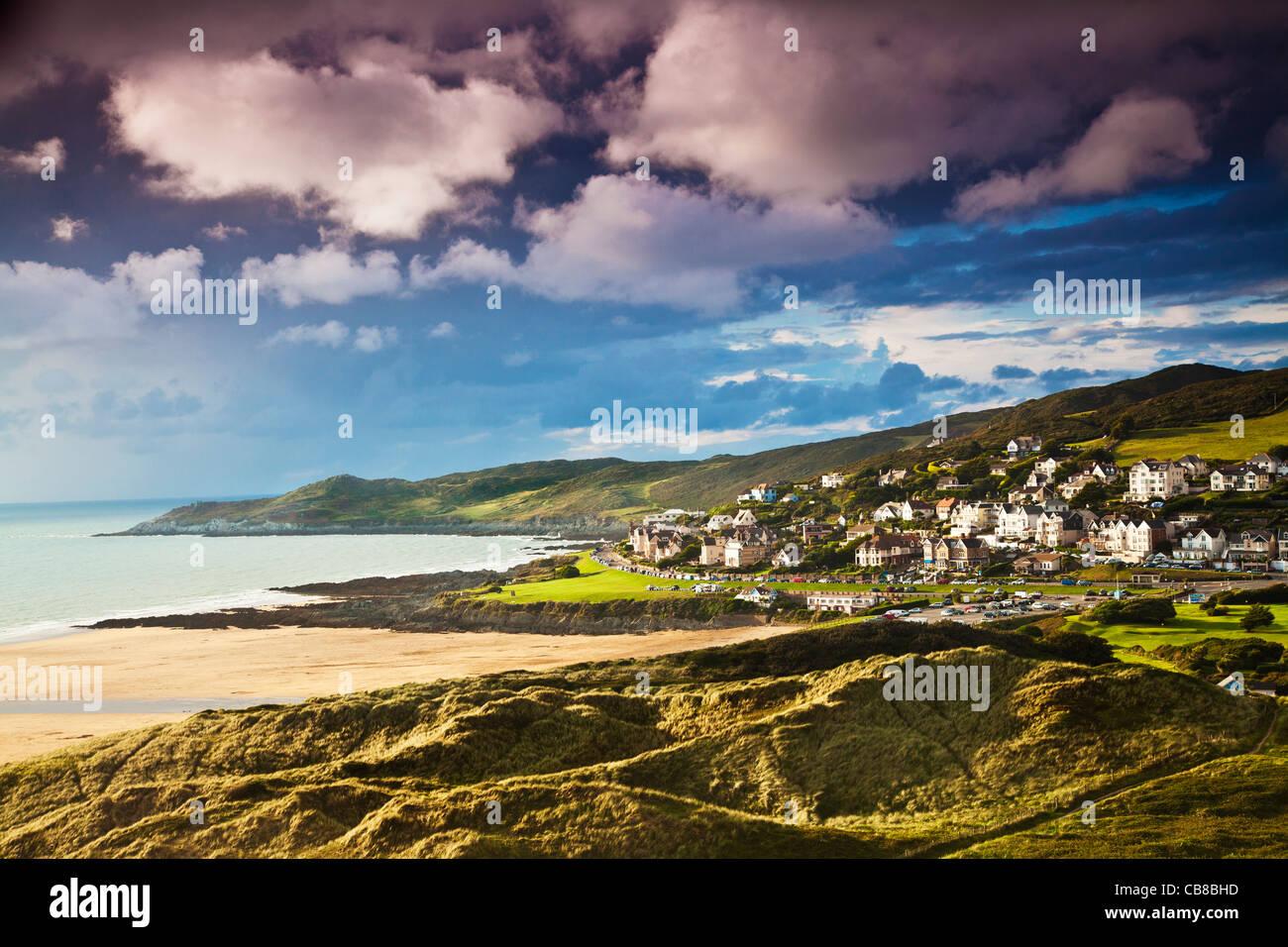 Abendlicht fällt auf den englischen Küstenort Stadt von Woolacombe in Devon, England, Vereinigtes Königreich Stockbild
