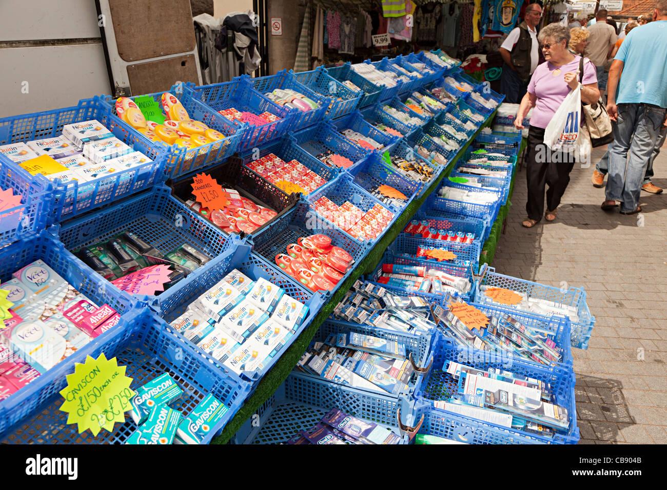 Kunststoff-Kisten mit Billigprodukten auf im freien Markt Abergavenny Wales UK Stockbild