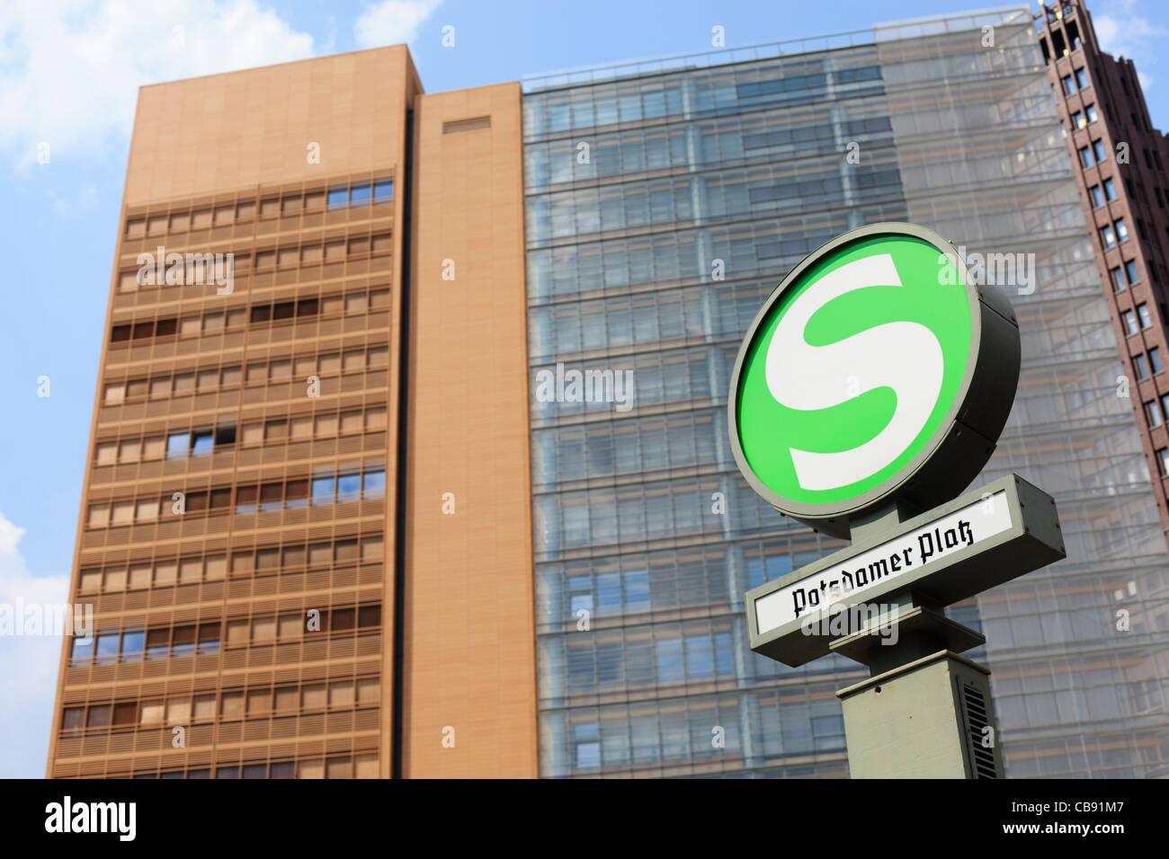 S-Bahn-Zeichen markieren einen Stopp am Potsdamer Platz in Berlin, Deutschland. Stockbild
