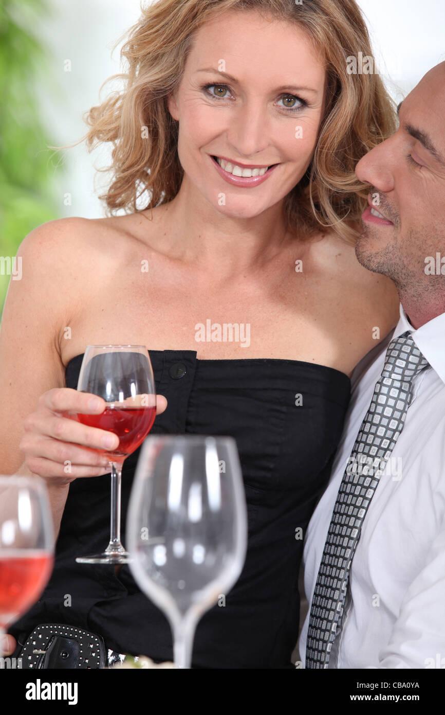 Porträt einer Frau mit Glas Wein Stockbild