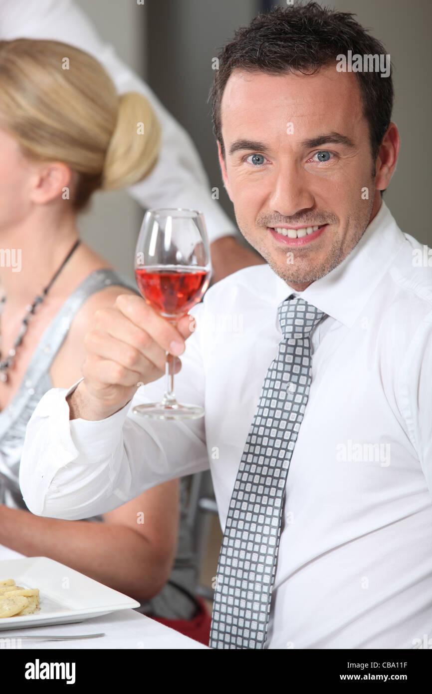 Porträt eines Mannes Toasten Stockbild