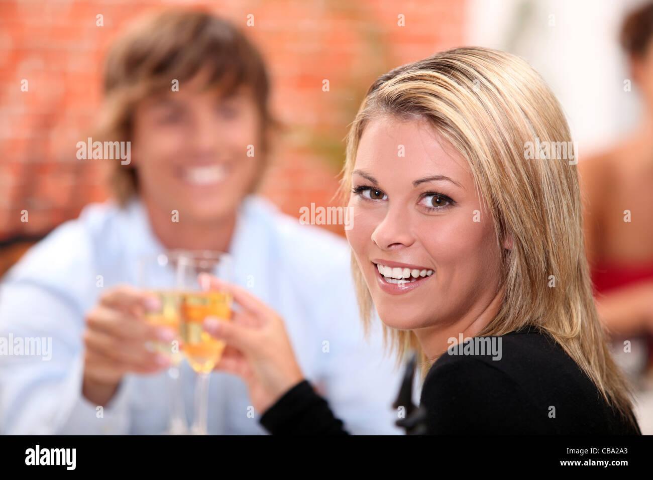 Porträt einer Frau Toasten Stockbild