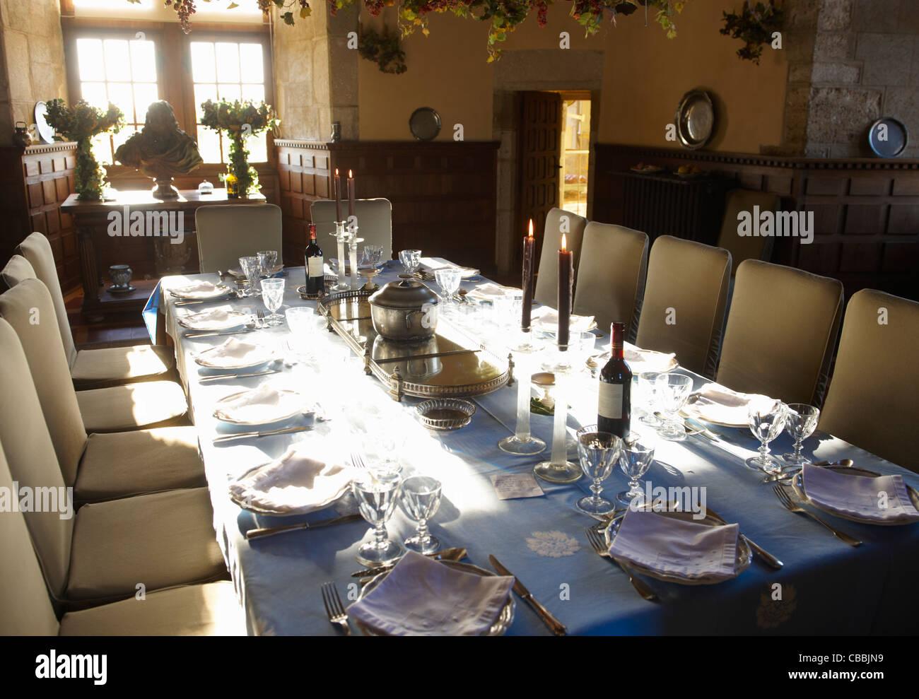 Reich verzierte Tabelleneinstellungen im Speisesaal Stockbild