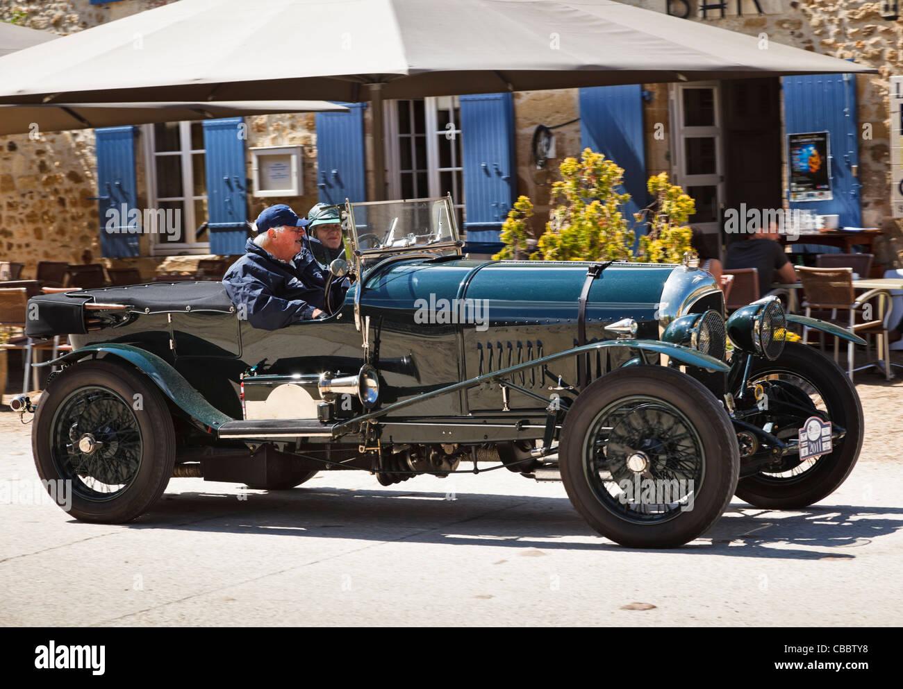 Oldtimer - Oldtimer Bentley, getrieben durch ein Dorf im Süden von Frankreich Stockbild