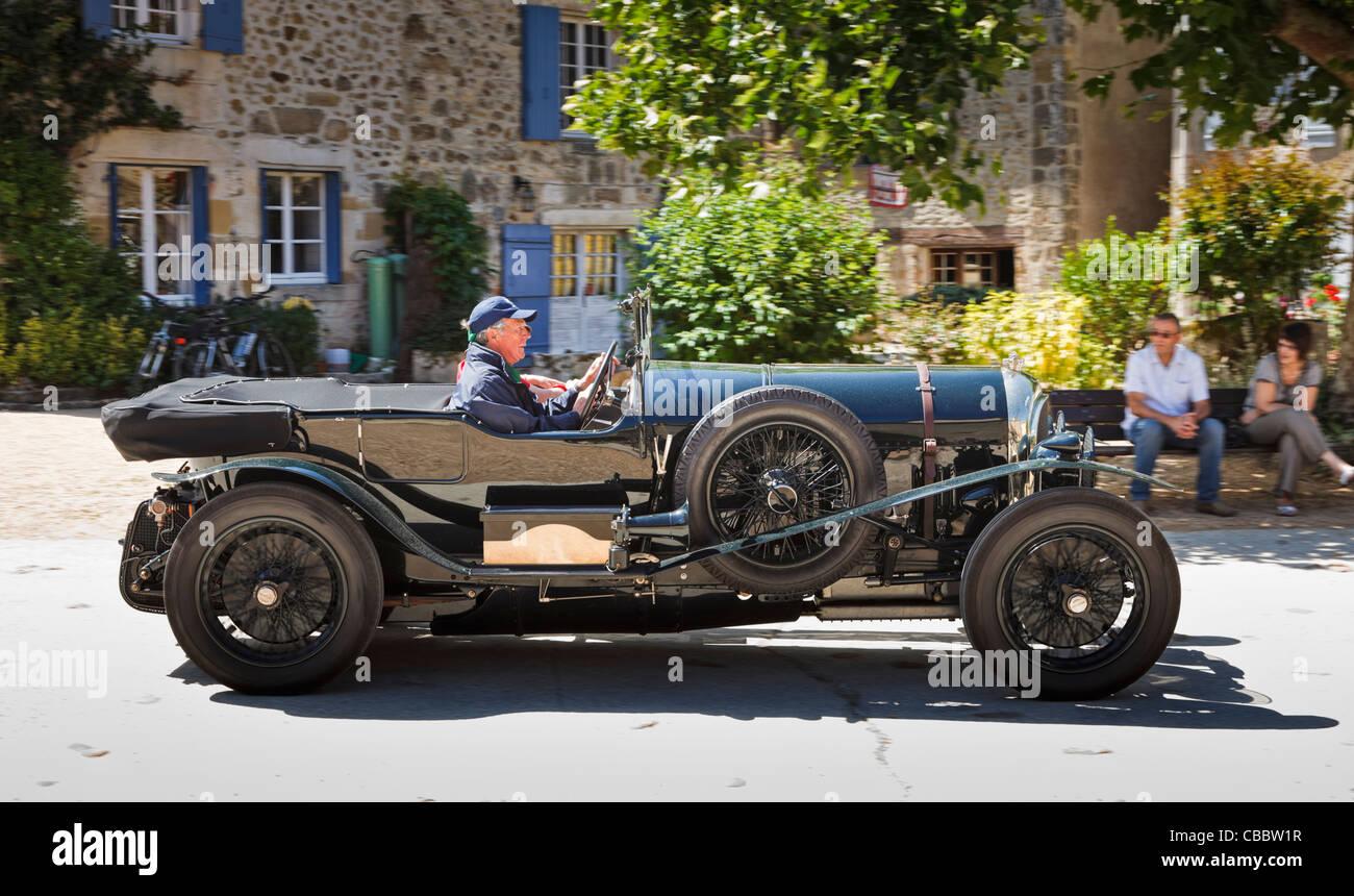 Oldtimer - Oldtimer Bentley Auto fahren durch ein Dorf im Süden von Frankreich Stockbild