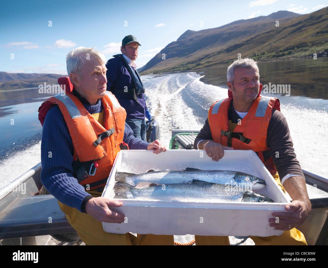 Fischer mit Fang des Tages auf Boot Stockbild