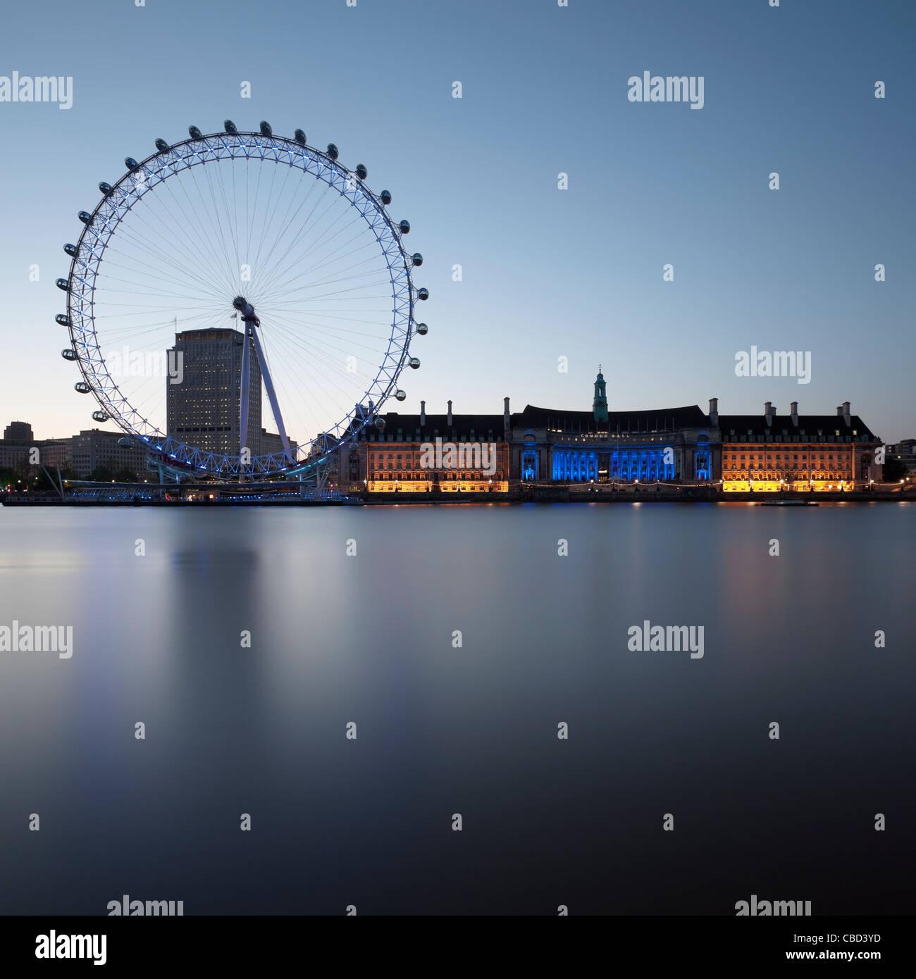London Eye und Gebäude noch Fluss Stockbild