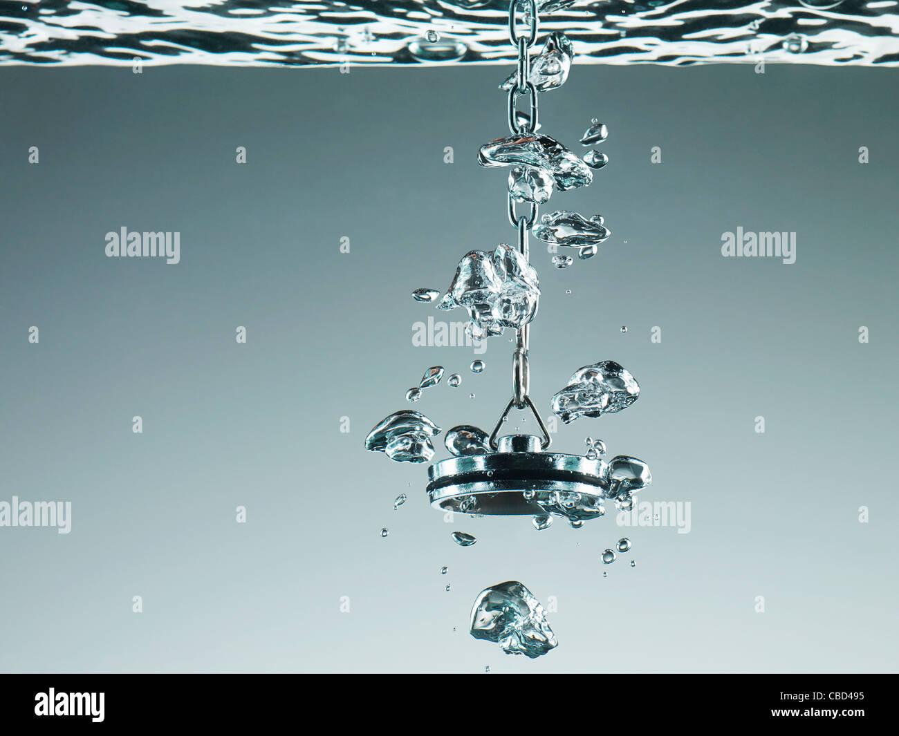 Stecker im Wasser sprudelt Stockbild