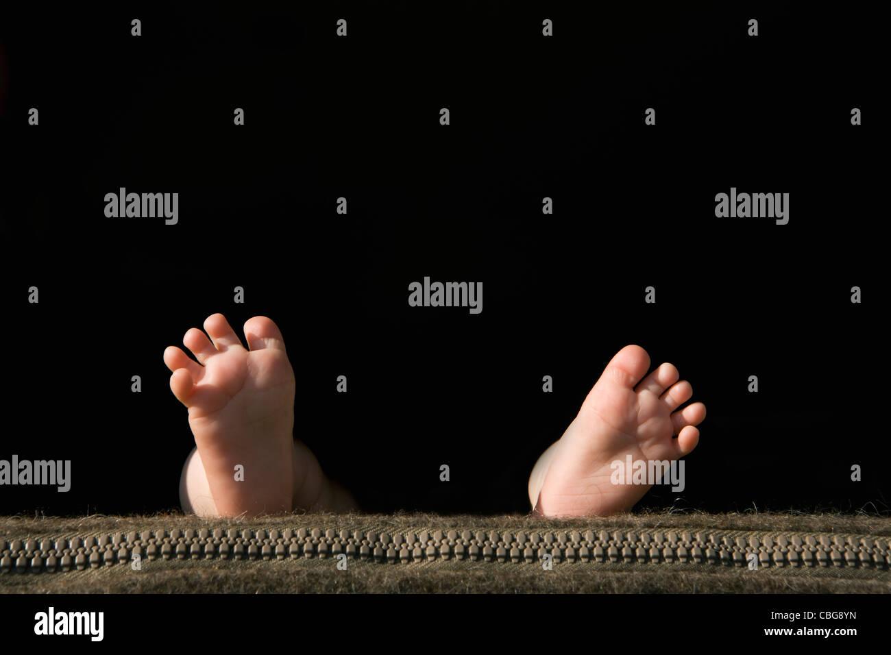 Die Fußsohlen ein Baby auf einem Kissen liegend Stockbild