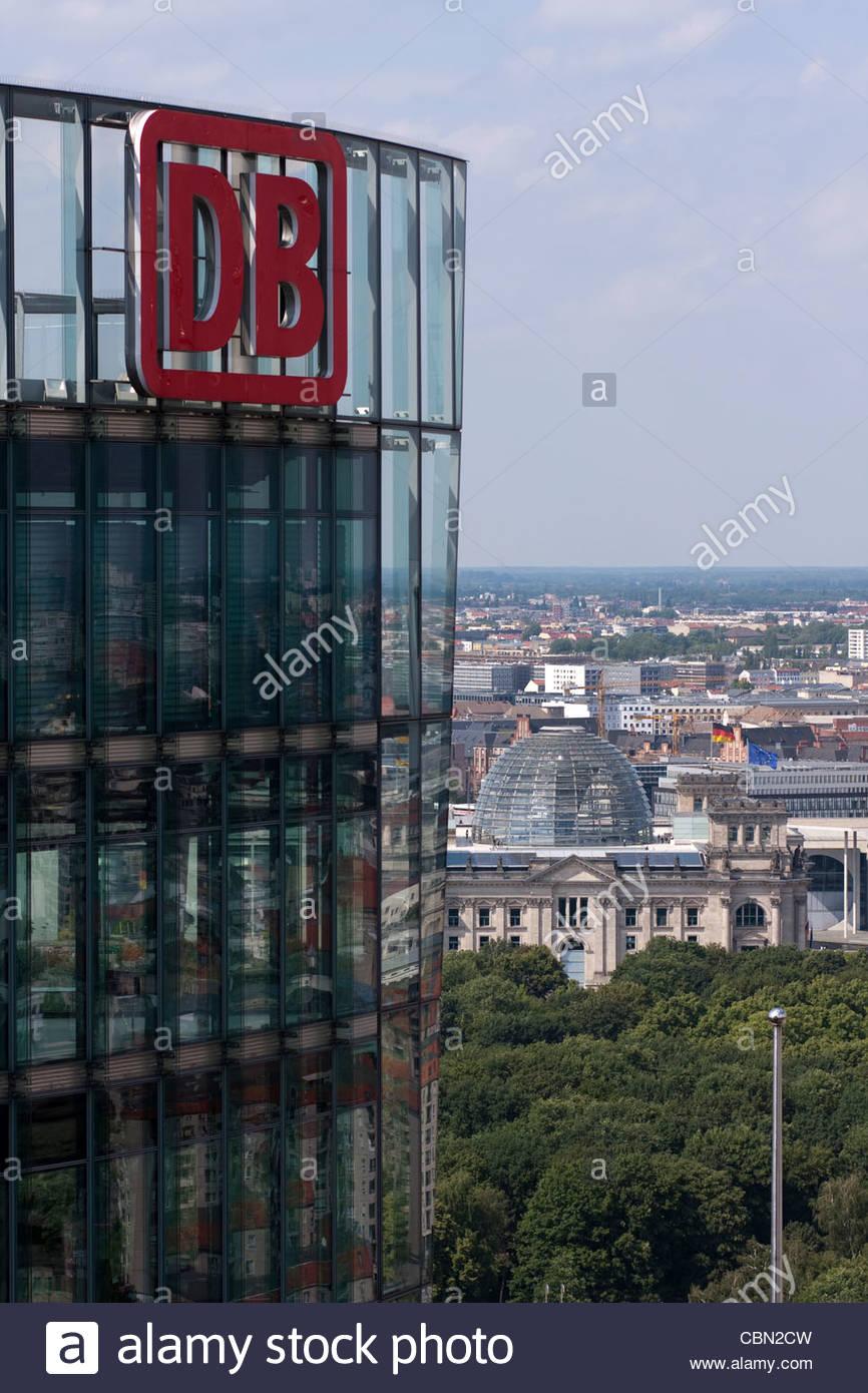 Die Deutsche Bahn und der Reichstag, gesehen vom Potsdamer Platz, Berlin, Deutschland Stockbild