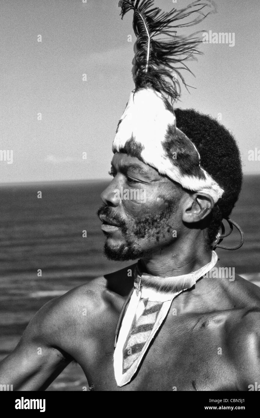 Einheimischen Pondo Stamm Krieger in Südafrika auf dem Wasser in der Nähe von Wilderness Stockbild