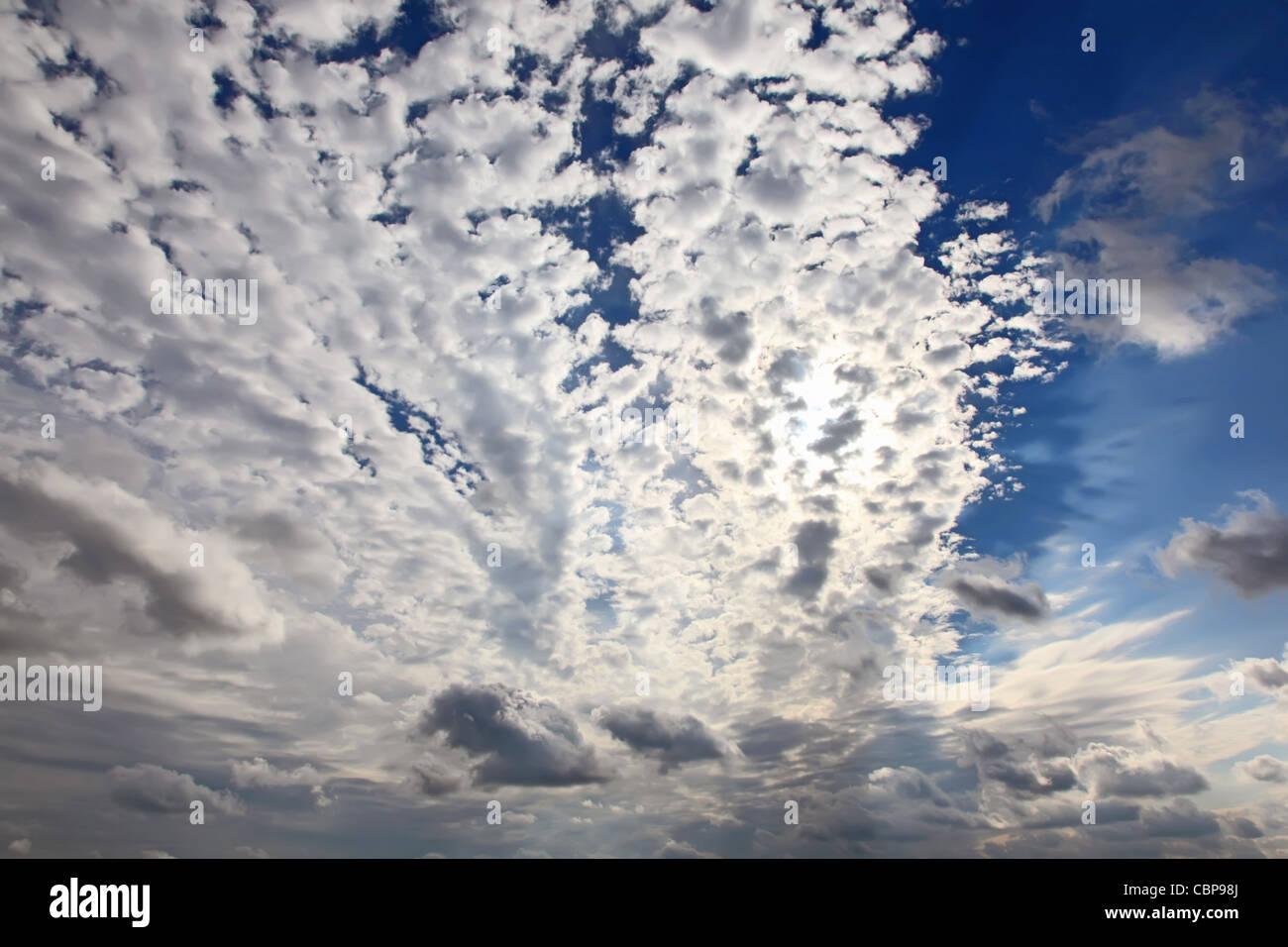 Blauer Himmelshintergrund. Wolken vor der Sonne. Hochauflösende Hintergrund für Ihr Kunstwerk. Stockbild