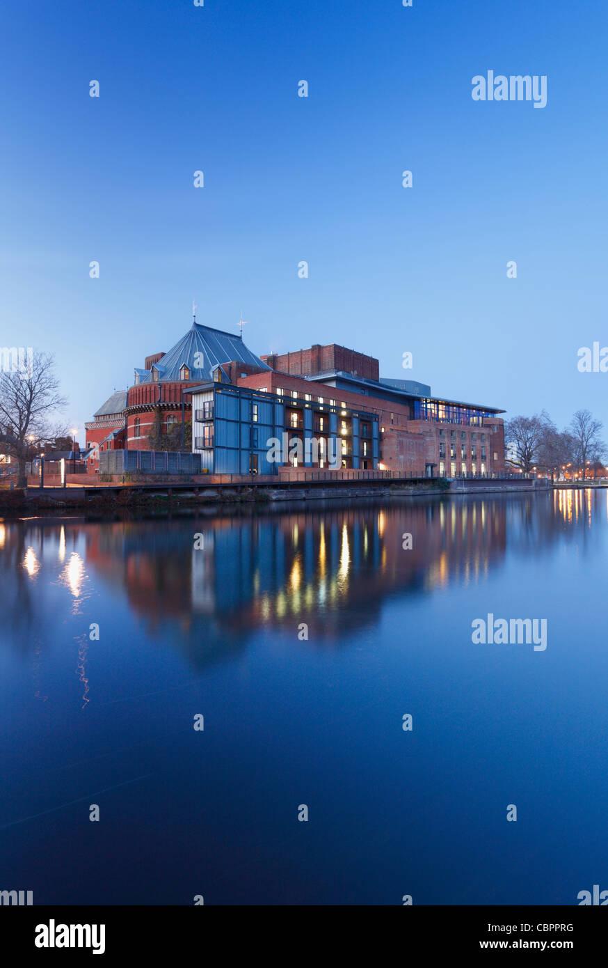 Royal Shakespeare Theatre am Fluss Avon in der Abenddämmerung. Stratford-upon-Avon. Warwickshire. England. Stockbild