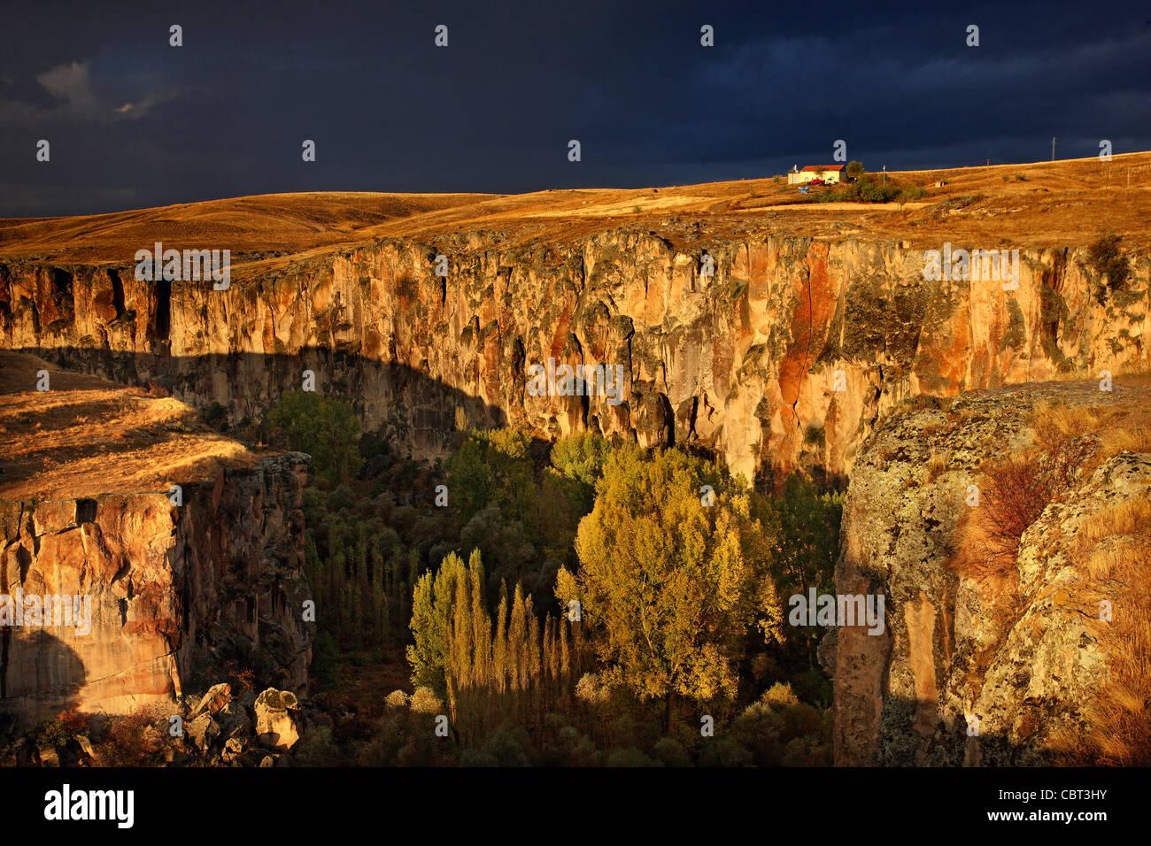Kappadokien, Aksaray, Türkei. Der Eingang des Ihlara Tal unter schweren, bewölkt sk Stockbild