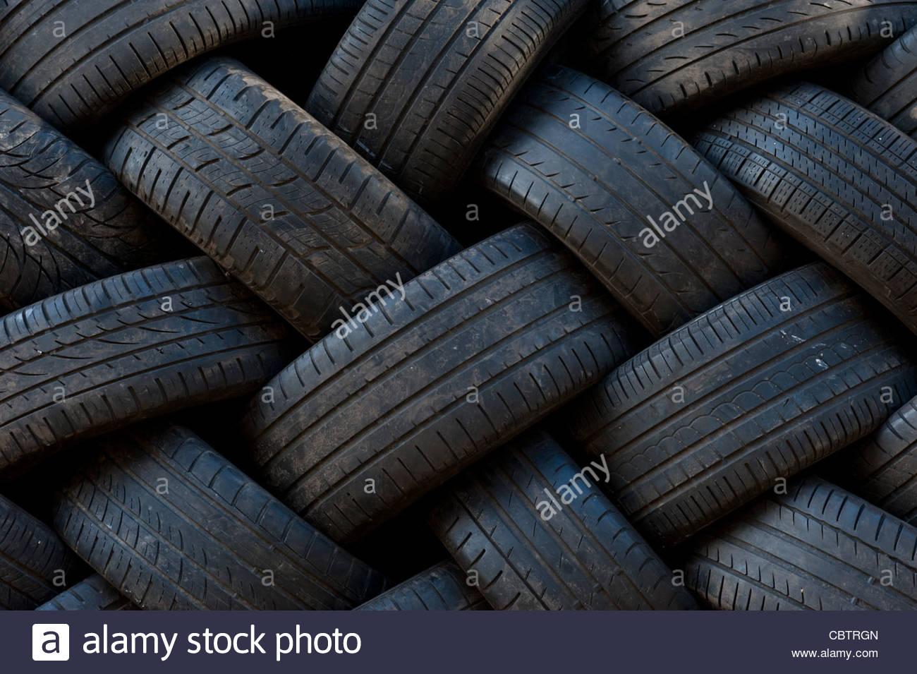 Pkw-Reifen in der Garage gestapelt Stockfoto