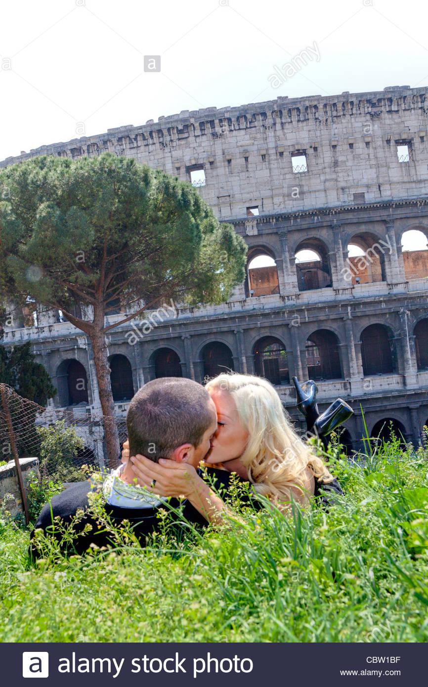 Paar küssen vor Roman Colosseum Stockbild