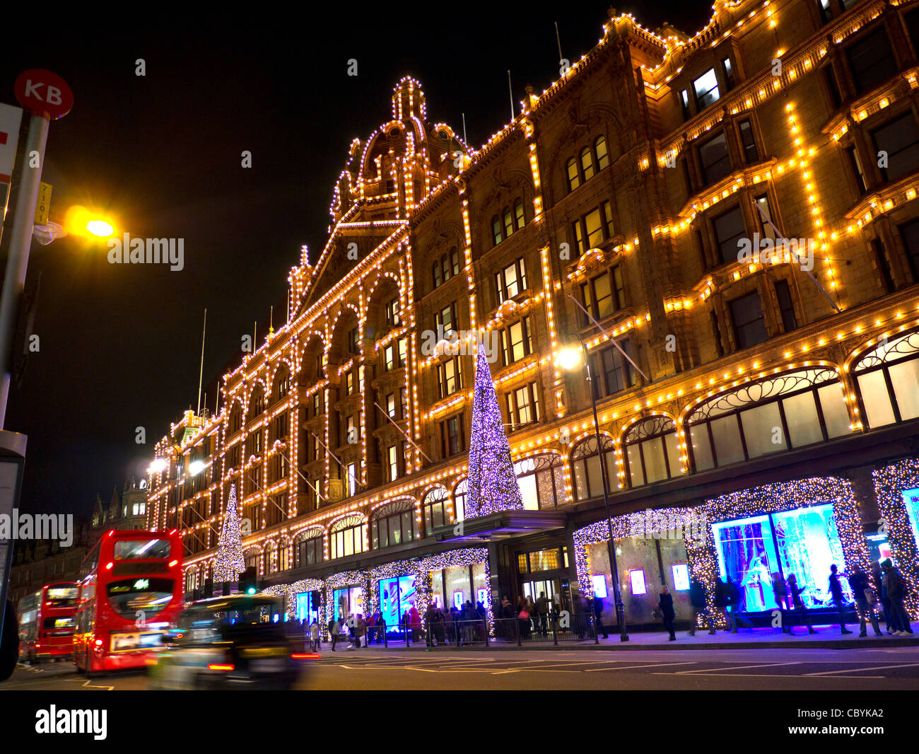 harrods at night stockfotos harrods at night bilder alamy. Black Bedroom Furniture Sets. Home Design Ideas